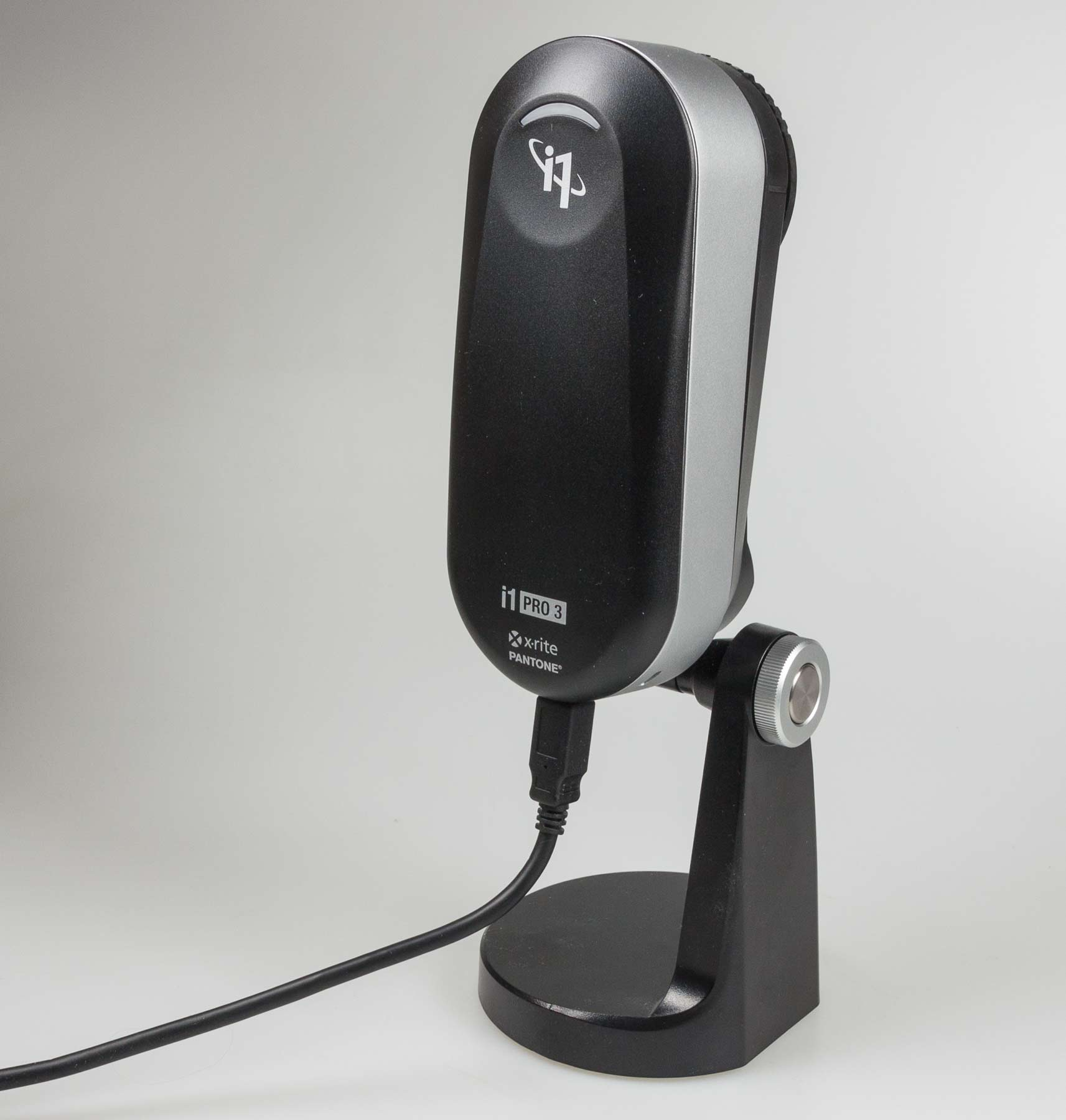 i1pro3-on-stand-for-projector-profiling